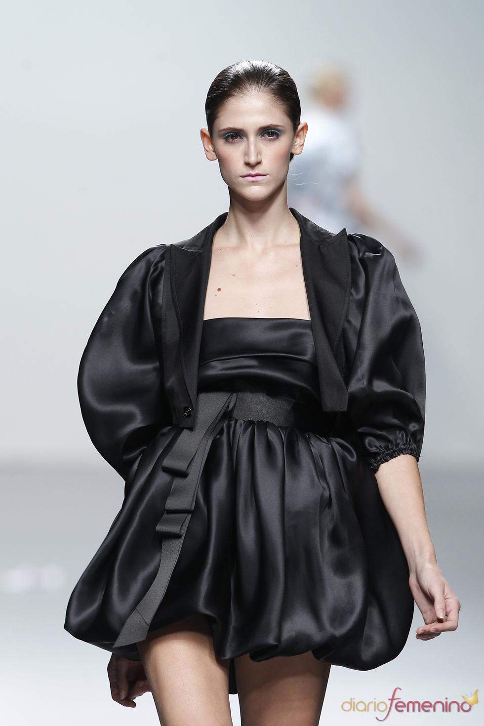 Vestido globo con mangas en negro para primavera-verano 2011, Miriam Ocariz