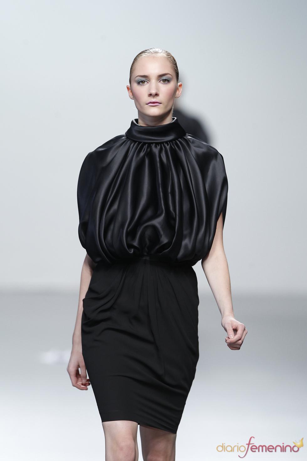 Sofisticado vestido negro con cuello de Miriam Ocariz en Cibeles 2011