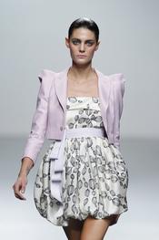Vestido estampado con torera y lazada en rosa palo, primavera-verano 2011, Miriam Ocariz