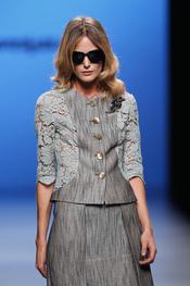 Traje de chaqueta gris con encaje de Javier Larrainzar en Cibeles 2011