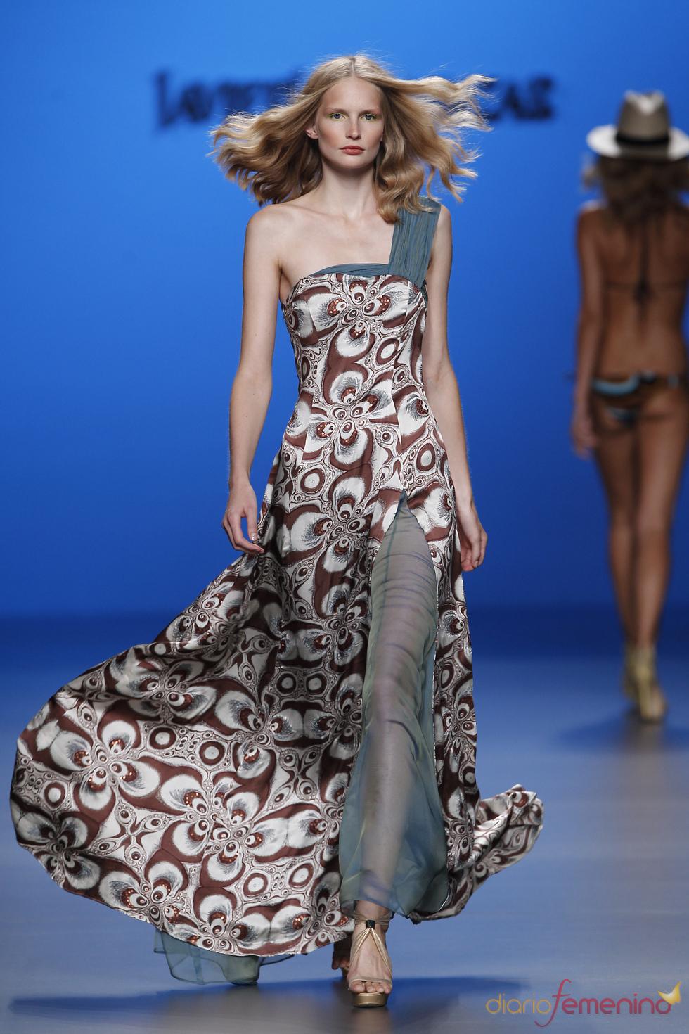 Vestido largo con apertura transparente en la pierna de Javier Larrainzar en Cibeles 2011