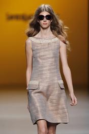Vestido simétrico con maxi gafas de sol para la primavera-verano 2011 de Javier Larrainzar