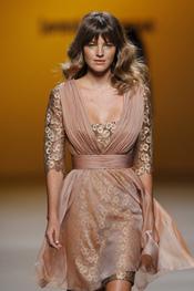 Vestido cubierto gasa de Javier Larrainzar en Cibeles 2011