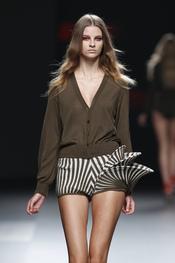 Amaya Arzuaga presenta su colección para primavera-verano 2011