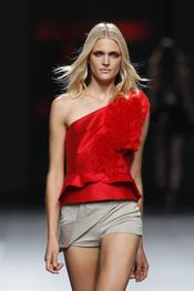 Amaya Arzuaga contrasta el negro y colores neutros para el verano 2011