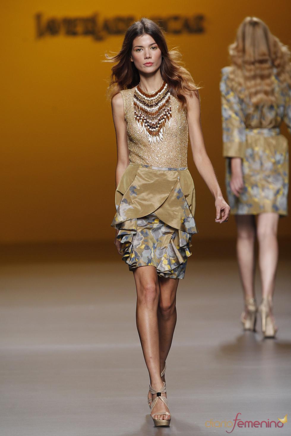 Falda con superposiciones y gran collar étnico, Javier Larrainzar, Cibeles 2011