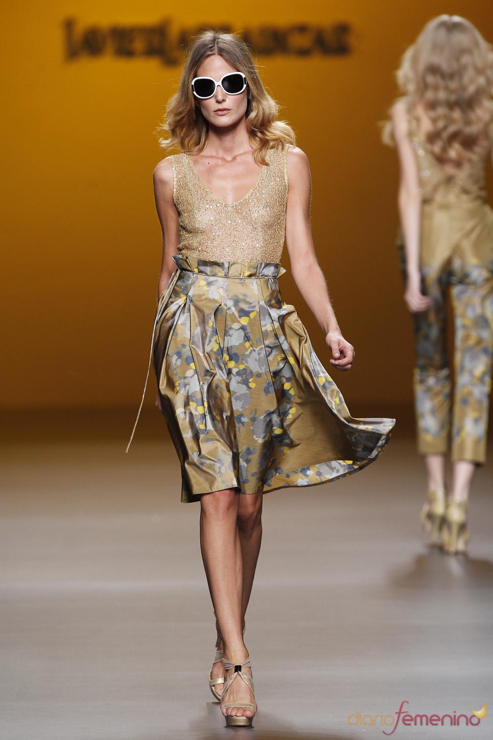 Falda plisada con top dorado de Javier Larrainzar en Cibeles 2011