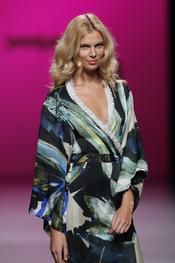 Vestido cruzado con pedrería en Cibeles Madrid Fashion Week de Javier Larrainzar