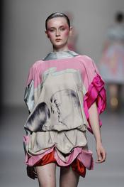 Vestido colorido con falda de pliegues de Lydia Delgado durante Cibeles 2011