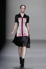 Vestido abotonado con dibujo simétrico de Lydia Delgado en Cibeles 2011