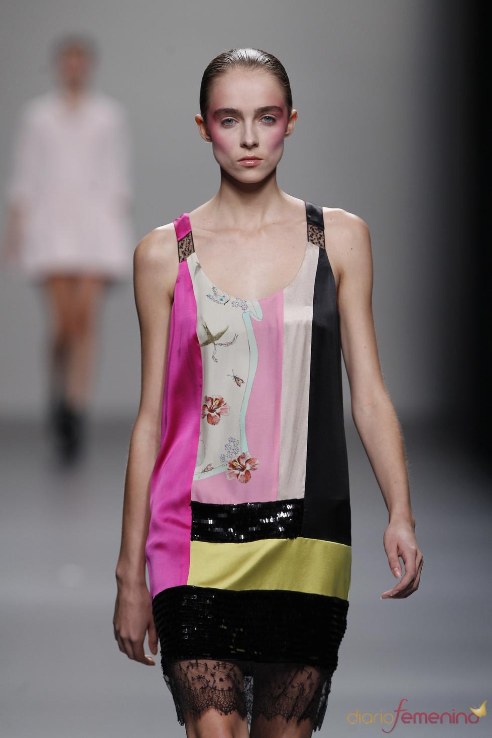 Vestido de colores vivos y encaje en la falda para primavera-verano 2011, Lydia Delgado