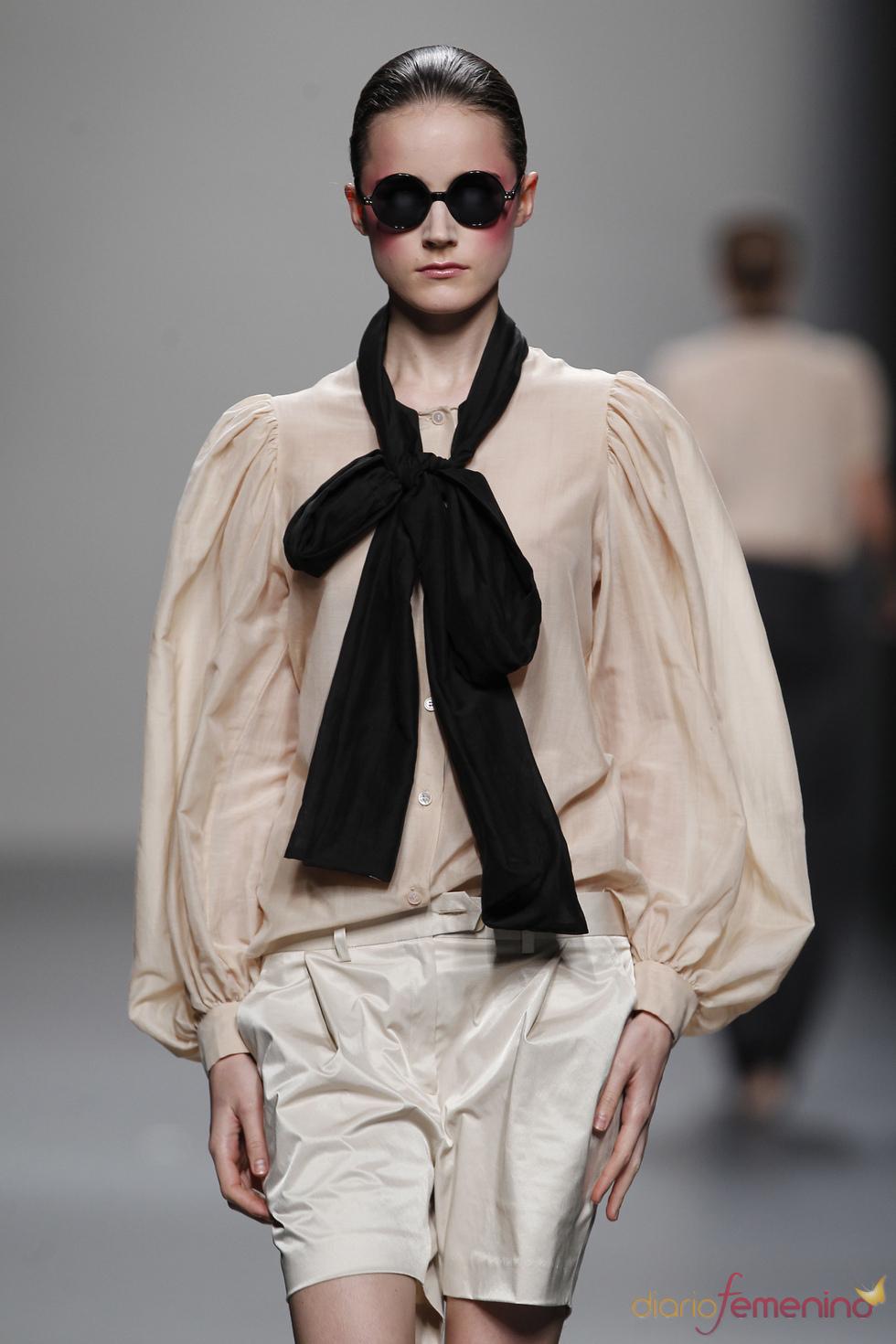 Camisa con mangas abombadas y gran lazada en el cuello para la mujer de Lydia Delgado durante Cibeles 2011