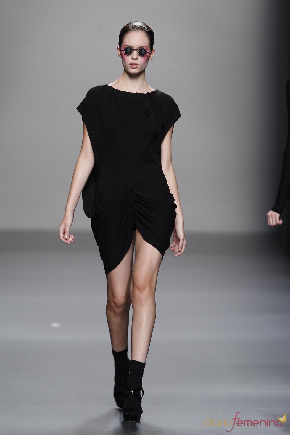 Little black dress con apertura frontal de Lydia Delgado en Cibeles 2011