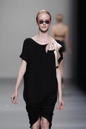Vestido negro con lazo color champagne para primavera-verano 2011, Lydia Delgado
