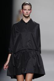 Vestido camisero negro creación de Lydia Delgado en Cibeles 2011