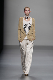 Menos protagonistas pero también presentes los pantalones de Lydia Delgado para este 2011