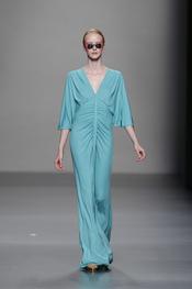 Vestido largo color azul de Lydia Delgado en Cibeles 2011