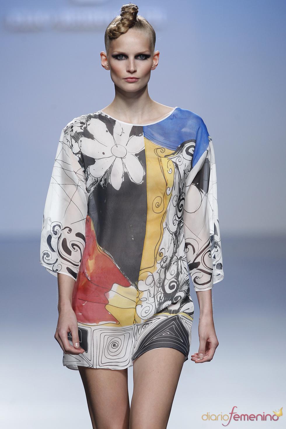 Elio se atreve con una túnica que recuerda a Miró en Cibeles 2011