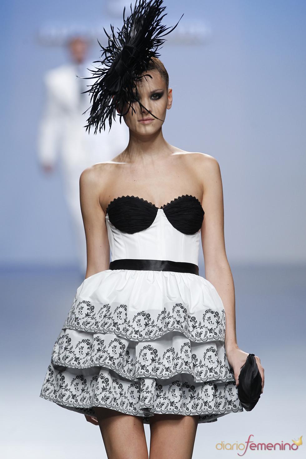 Magnífica combinación de blanco y negro de Elio Berhanyer para la primavera-verano 2011