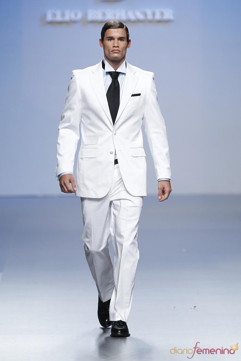 Los trajes de hombre deben combinarse adecuadamente con camisas. Para los modelos formales usa camisas lisas y para los modelos más casual apuesta por el color y los estampados discretos. Para los modelos formales usa camisas lisas y para los modelos más casual apuesta por el color y los estampados discretos.