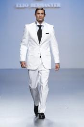 Esmoquín blanco para hombre de Elio Berhanyer, Cibeles 2011