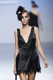 Little black dress con encajes para primavera-verano 2011 de Elio Berhanyer