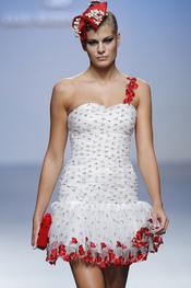 Las flores rojas se mezclan a la perfección en esta creación de Elio Berhanyer