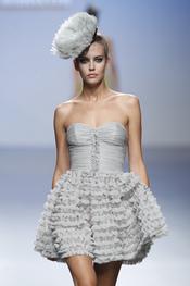 Vestido con falda de vuelo plisada para primaver-verano 2011, Elio Berhanyer
