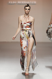 Vestido largo con apertura lateral en pierna de Elio Berhanyer, primavera-verano 2011