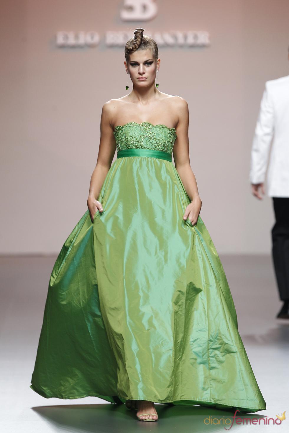Vestido verde manzana con volumen de Elio Berhanyer en Cibeles 2011