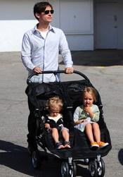 Tobey Maguire, de paseo con sus niñas Ruby y Otis