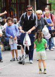 Hugh Jackman jugando con sus hijos