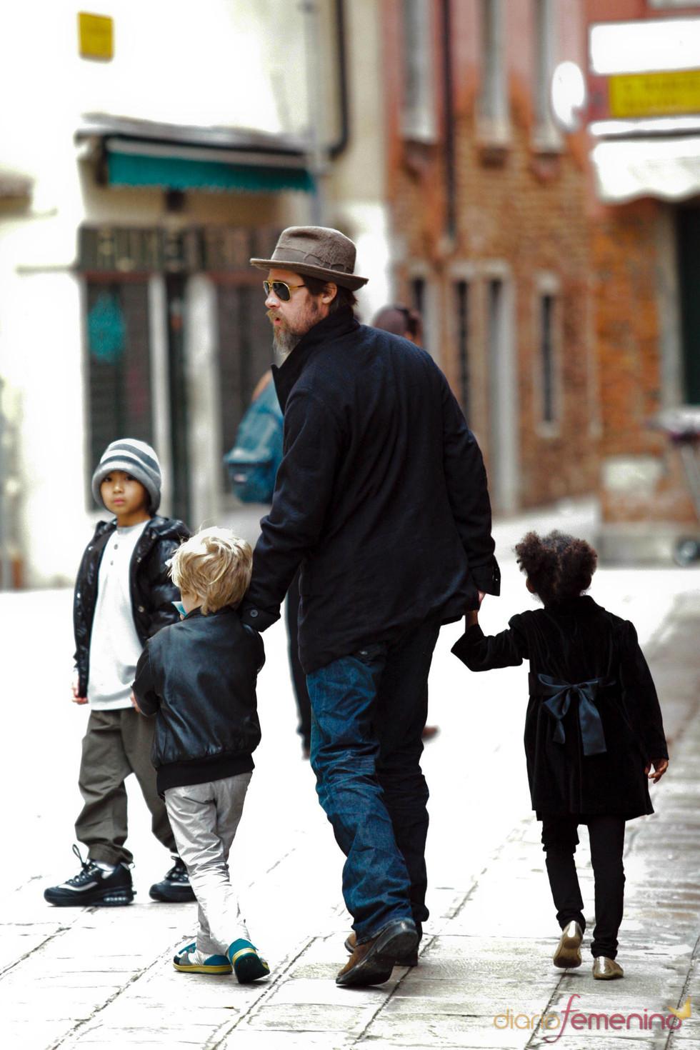 Brad Pitt con sus hijos Shiloh, Zahara y Pax