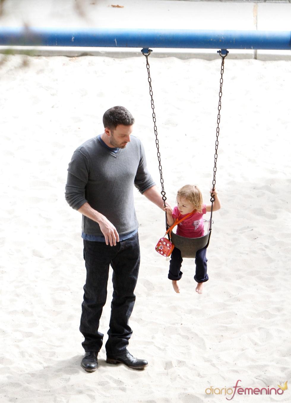 Ben Affleck en el columpio con su hija Seraphina