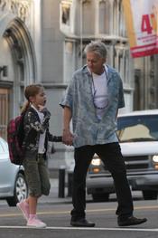 Michael Douglas lleva a su hija Carys Zeta al colegio