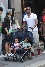 Samuel Eto'o pasea con sus hijos por Milán