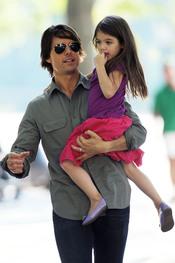 Tom Cruise coge en brazos a Suri