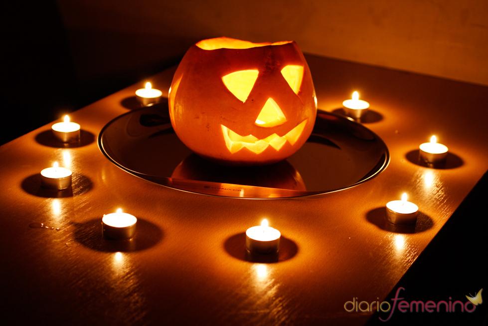 Calabaza con velas alrededor en Halloween