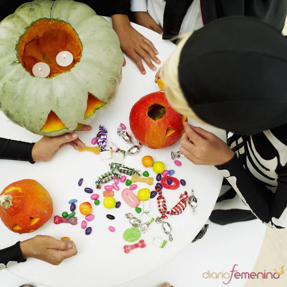 Calabaza rellena de caramelos para Halloween