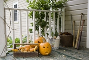 Decoración de la entrada de una casa en Halloween
