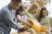 Una familia prepara las calabazas para Halloween