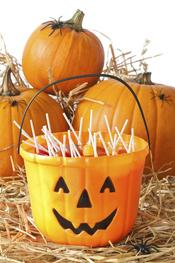 Cubo de calabaza lleno de chupa-chups para Halloween