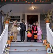 Grupo de niños en la entrada de una casa en Halloween