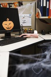 Mesa de trabajo decorada para Halloween