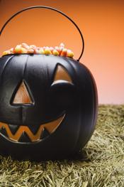 Calabaza rellena de chucherías para Halloween