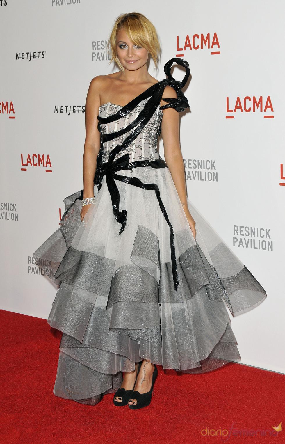 Nicole Richie, radiante con un vestido gris