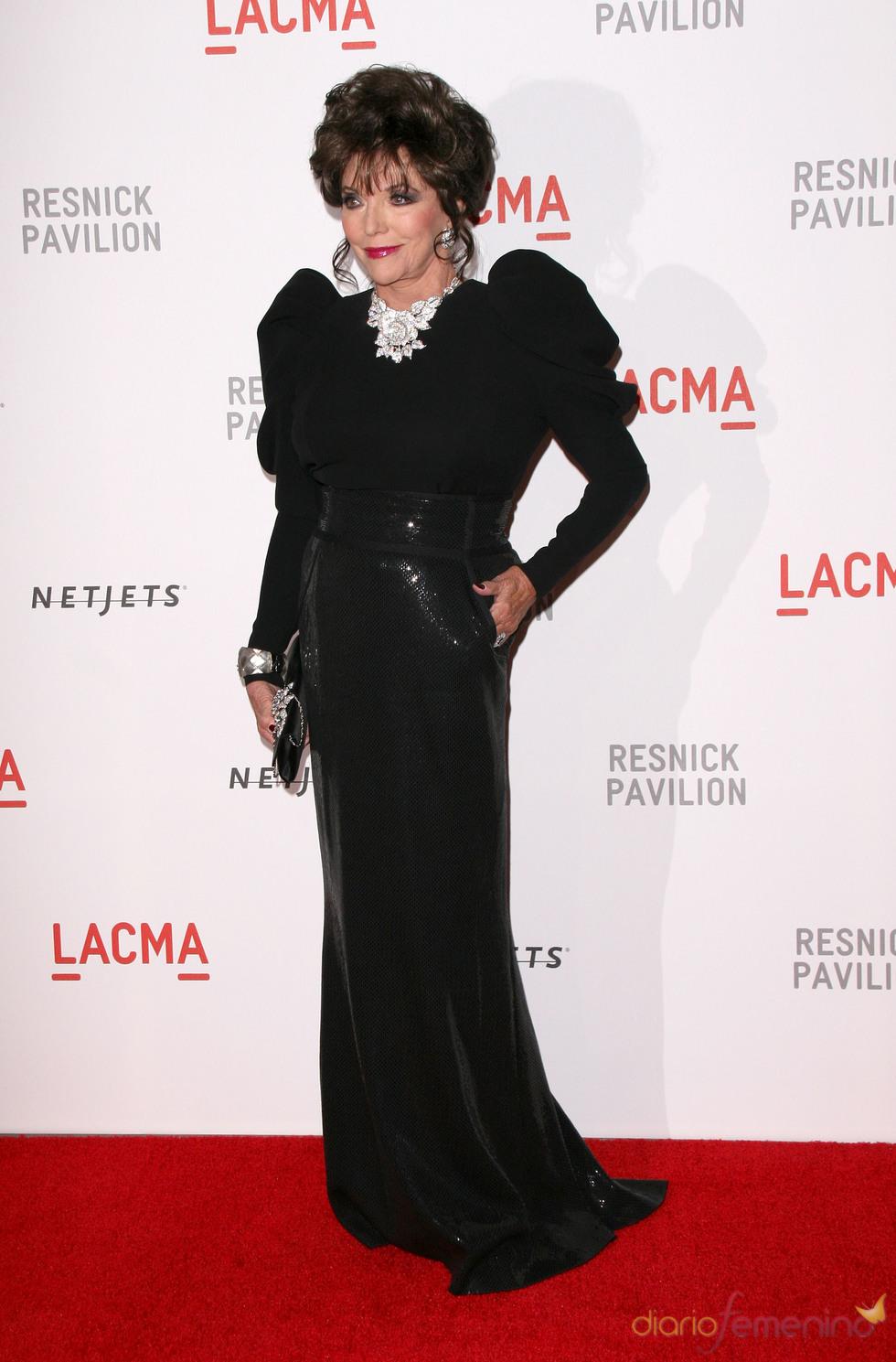 Joan Collins, elegante con vestido negro