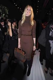 Claudia Schiffer con un sobrio vestido marrón durante la pasarela de Milán