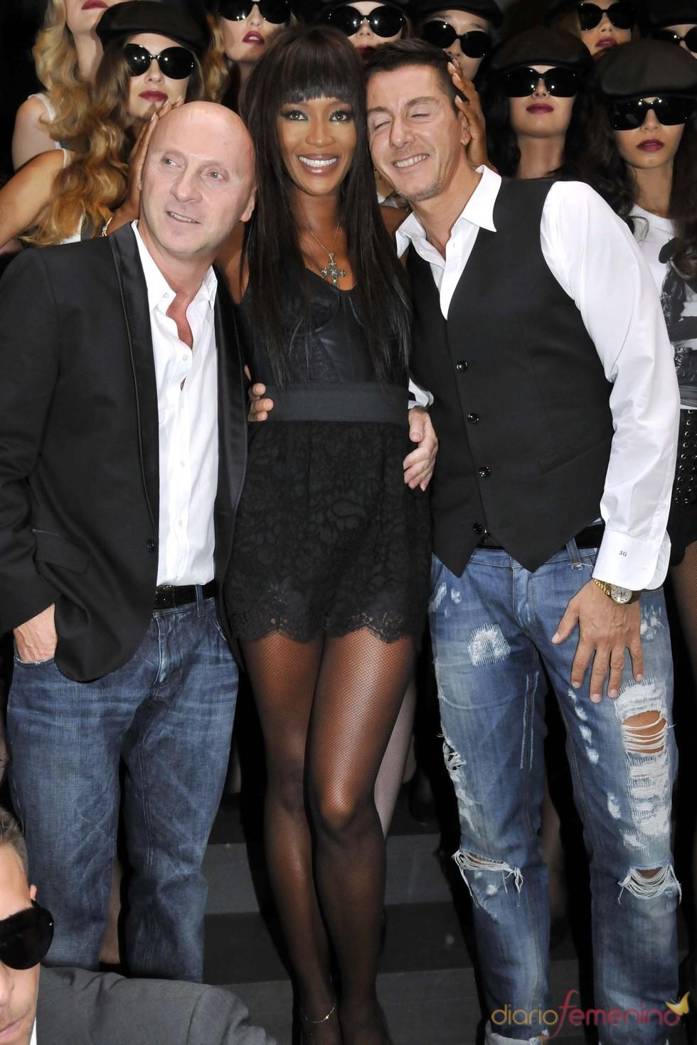 Naomi Campbell junto a los diseñadores Domenico Dolce y Stefano Gabbana en la Milán Fashion Week