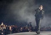 Bono se pasea por el escenario de Anoeta
